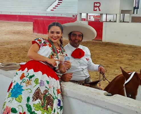 SGM Blanca Paola I felicita a Diego Garduño por obtener el terer lugar en el Coleadero Día del Charro